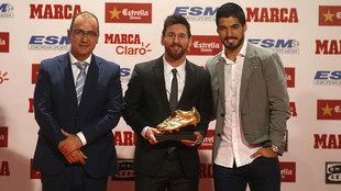 Leo Messi posa con la Bota de Oro junto a Juan Ignacio Gallardo y Luis...