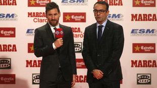 Messi, junto a Edu García en la gala de la Bota de Oro.