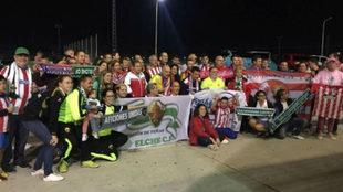 Aficiones del Elche CF y Atlético de Madrid en el partido de ida de...