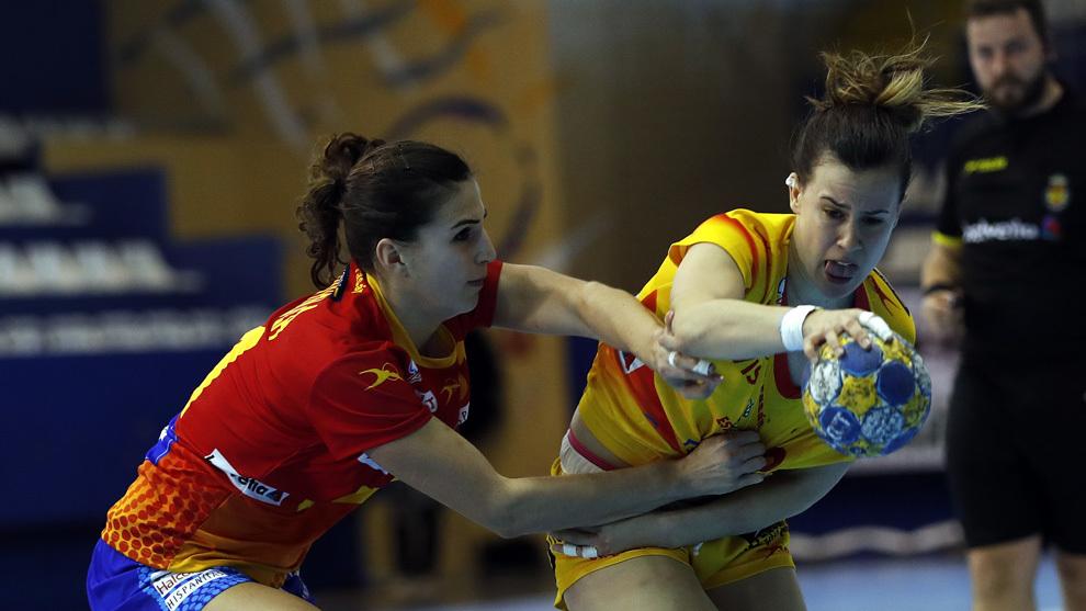 Silvia Arderius, a la derecha, durante un partido entre las...