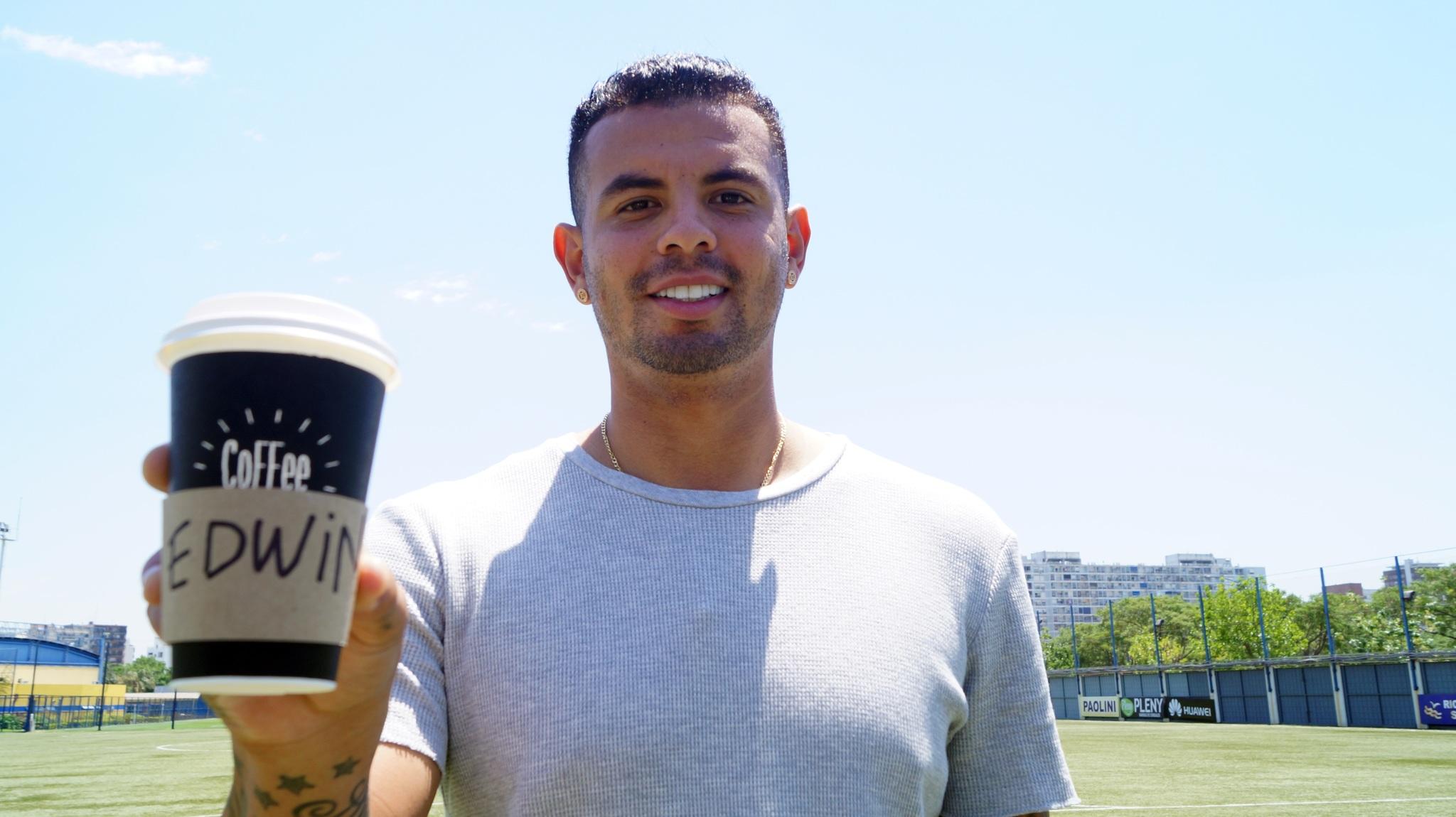 Edwin Cardona no puede dejar su café.