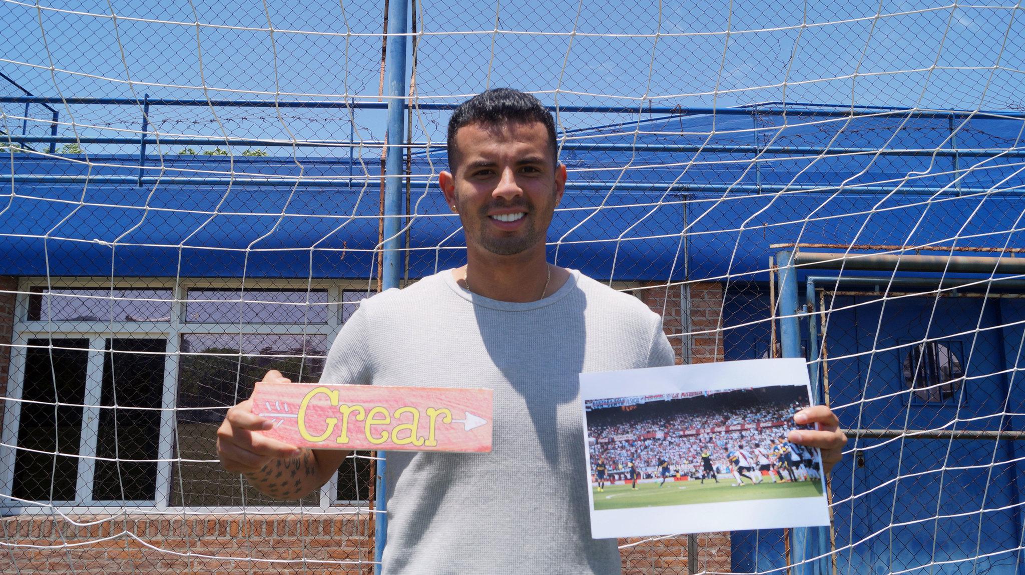 Cardona posa con una fotografía de su gol.