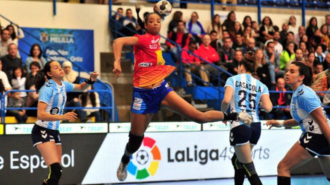 Sayna Mbengue efetúa un lanzamiento sobre la portería de Argentina.