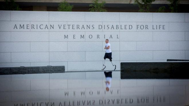 Rob Jones delante del Memorial a los veteranos de guerra en Whasington