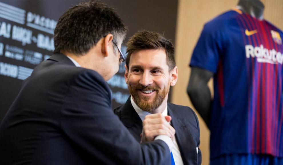 Bartomeu y Messi  se dan la mano tras la firma del nuevo contrato
