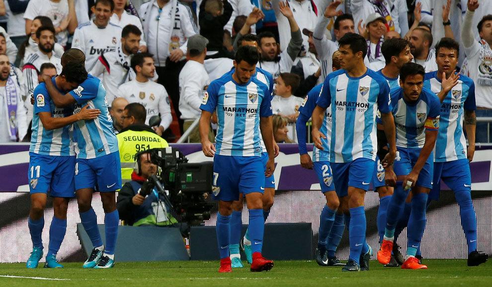 Los jugadores del Málaga celebran el gol de Rolan
