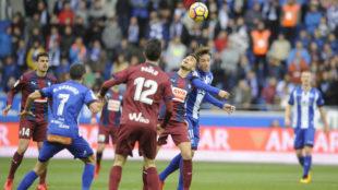 Los jugadores del Alav�s y el Eibar pugnan por un bal�n.