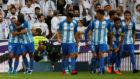 Los jugadores del M�laga celebran el gol de Rolan