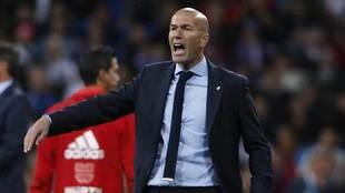 Zidane da una indicaci�n en el partido contra el M�laga.