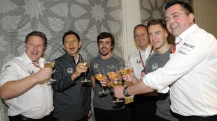 Brindis de Brown, Hasegawa, Alonso, Neale, Vandoorne y Boullier.