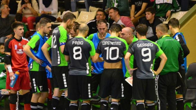 Javi Rodríguez da instrucciones a sus jugadores durante un partido.