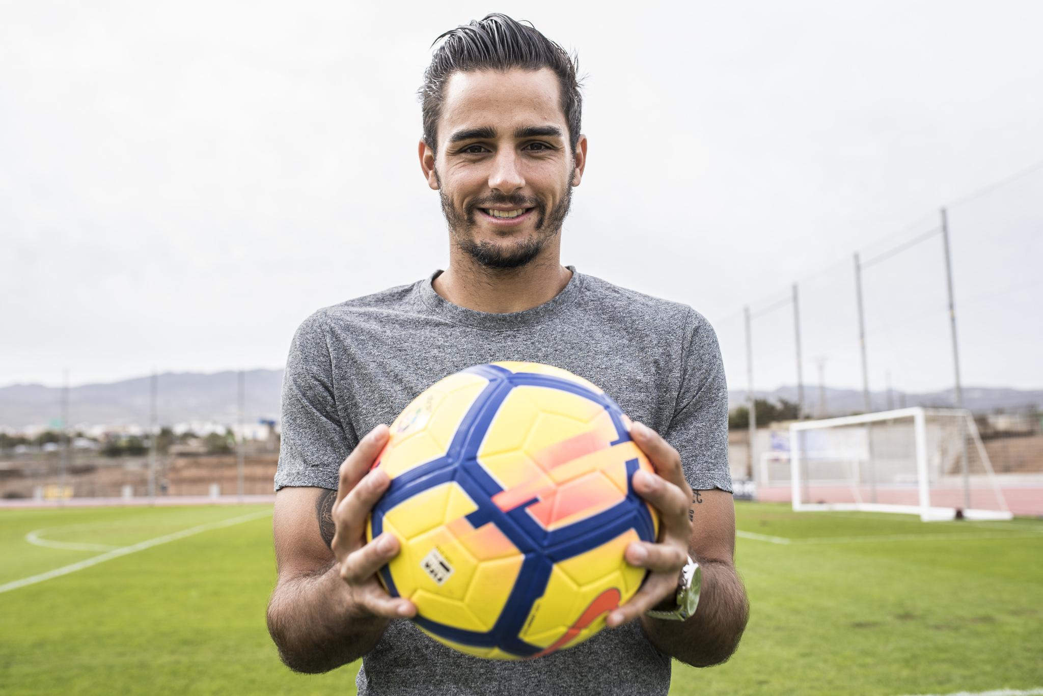 David Simón posa con un balón momentos antes de la entrevista