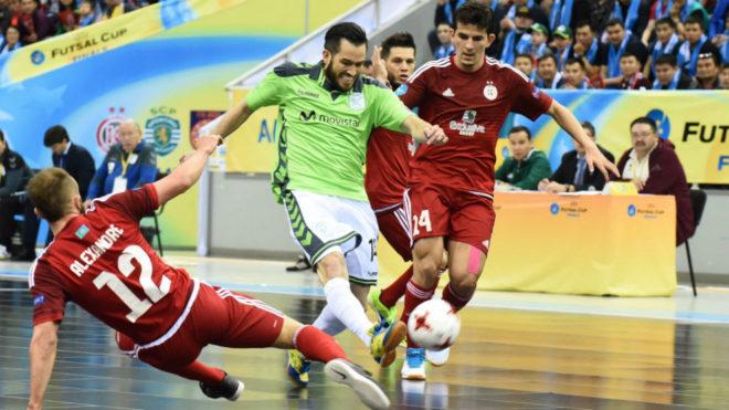 Rafael se lleva el balón entre dos jugadores del Kairat en la...