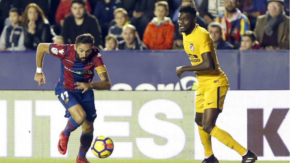 Morales junto a Thomas en un lance del partido