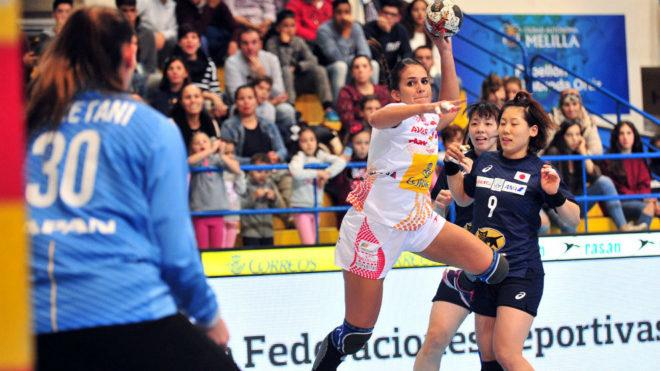 Almudena Rodríguez se dispone a lanzar sobre la portería de Japón