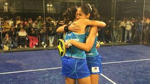 Las gemelas Sánchez Alayeto celebran una victoria en el World Pádel...