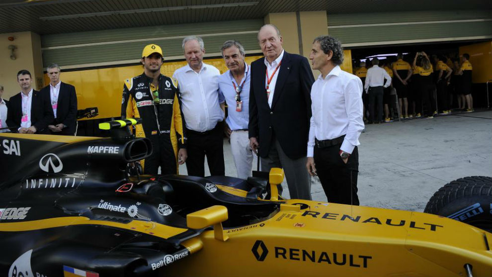 Los Sainz, el rey Juan Carlos y Alain Prost, junto al Renault