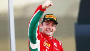 Charles Leclerc celebra su triunfo en la segunda carrera de Abu Dabi