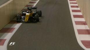 El Renault de Sainz, en el túnel de salida de Yas Marina, con el...