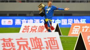 Gio Moreno con el trofeo en el terreno de juego.
