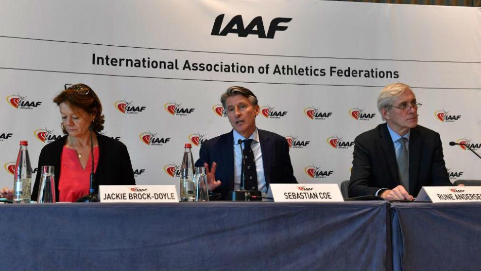 Sebastian Coe, en el centro, tras la reunión del Consejo de la IAAF.