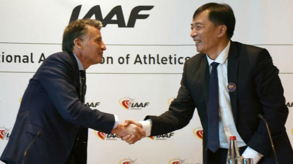 Sebastian Coe, presidente de la IAAF, felicita a un miembro de la...