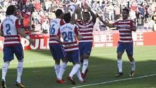 Machis y Joselu, los dos goleadores, celebran con sus compa�eros el...