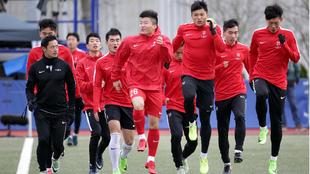 La selección de China sub 20 calienta antes de un duelo en Alemania.