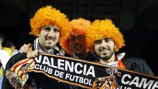 Varios aficiondos con pelucas naranjas en Mestalla.