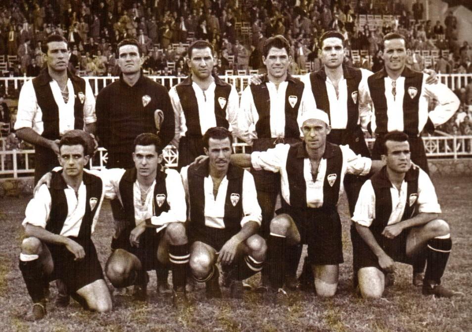 Alineación que protagonizó la primera victoria ante el Real Madrid,...