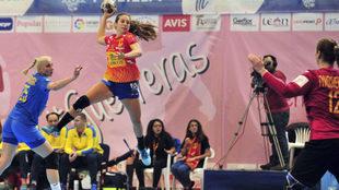 Jennifer Gutiérrez lanza contra la portería de Ucrania