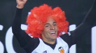 Rodrigo celebra el gol con la peluca naranaja