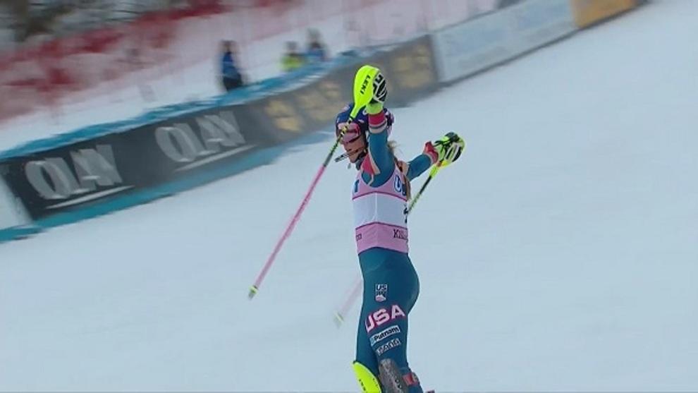 Mikaela Shiffrin saluda a su afición tras ganar el slalom de...