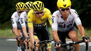Chris Froome, respaldado por su equipo durante el Tour de Francia...