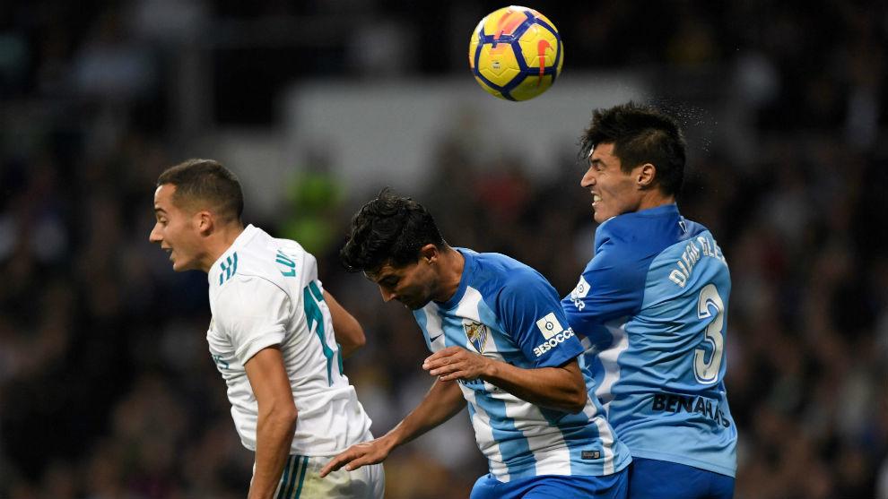 Deigo González despejando el balón de cabeza