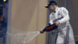 Vatteri Bottas, celebra su victoria en Abu Dabi