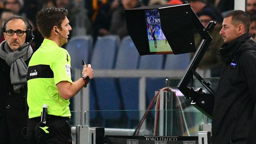 El árbitro Gianluca Rocchi con el VAR en Italia.