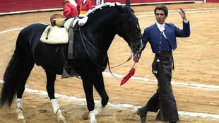 Pablo Hermoso posa con su caballo en la Monumental Plaza de Toros...