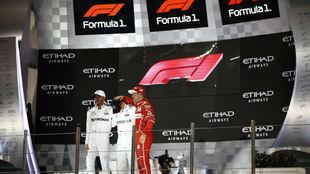 Hamilton y Vettel escoltan a Bottas en el podio de Abu Dabi