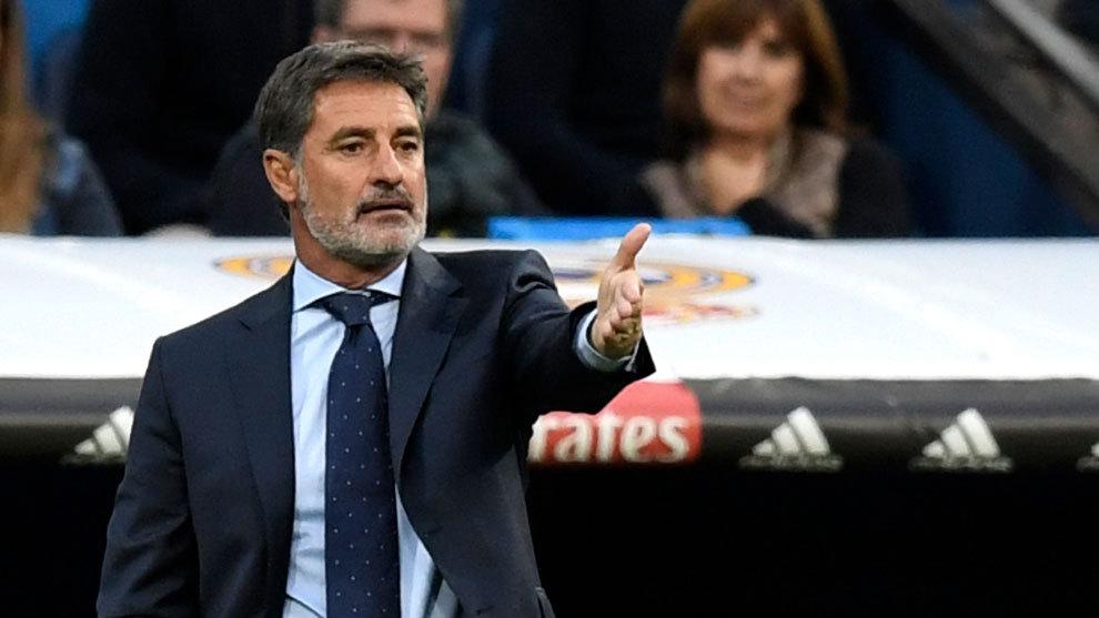 Míchel, en el banquillo del Málaga en el Santiago Bernabéu