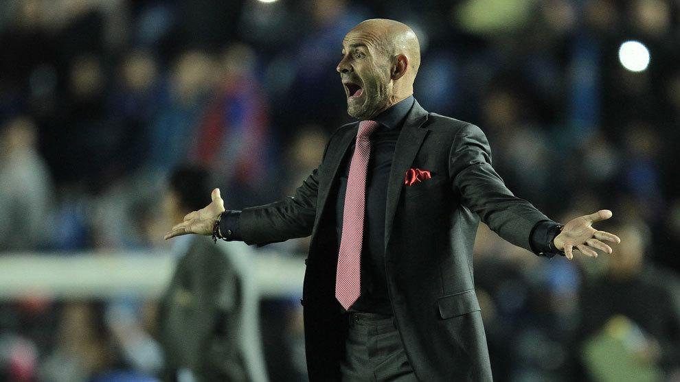 Paco Jémez dirige un partido con el Cruz Azul