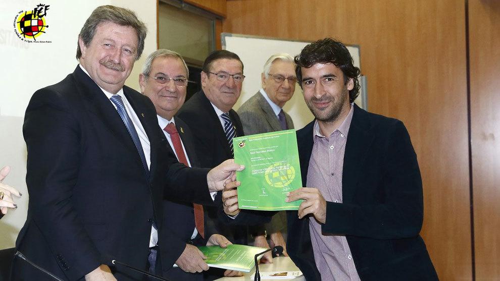 Raúl González Blanco recibe el diploma de director deportivo.