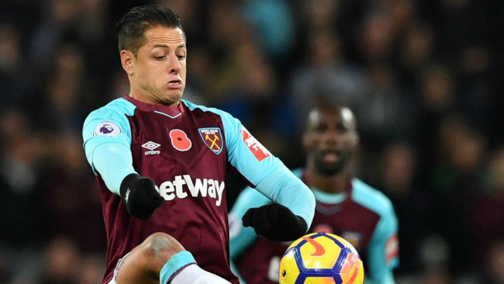 Chicharito, en un partido con el West Ham.