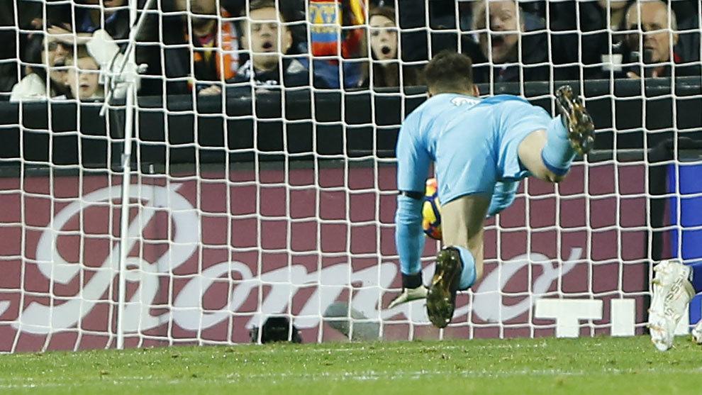 Neto trata de evitar el gol de Messi.
