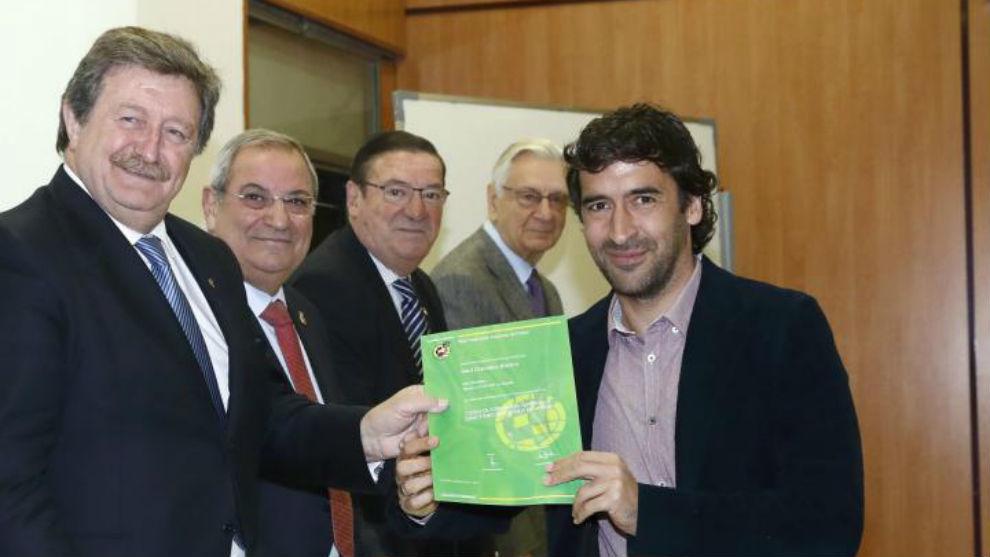 Larrea entrega a Raúl su diploma de Director Deportivo