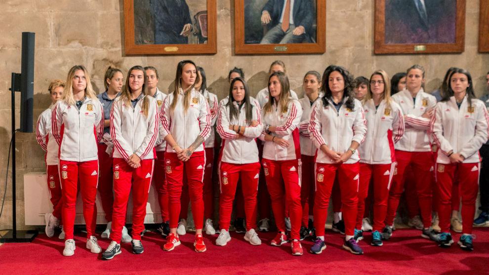 Las jugadoras de la selección española en el recibimiento del Govern...