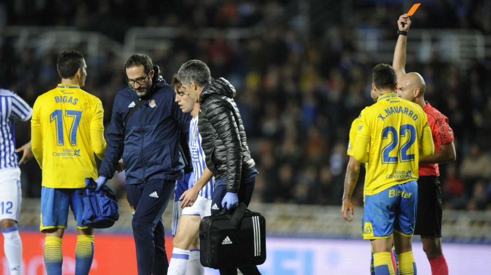 Odriozola siendo expulsado en el partido ante Las Palmas.