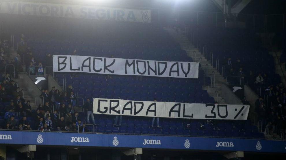 Pancarta de la juvenil lamentando los partidos en lunes del Espanyol.