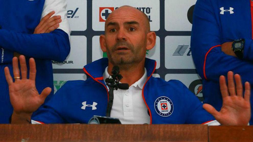 Paco Jémez atendiendo a los medios durante su etapa en el Cruz Azul.