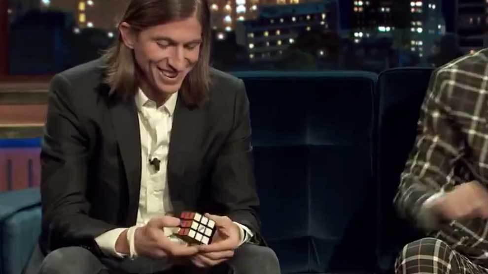 Filipe Luis resolviendo el Cubo de Rubik junto a Quique Peinado en...